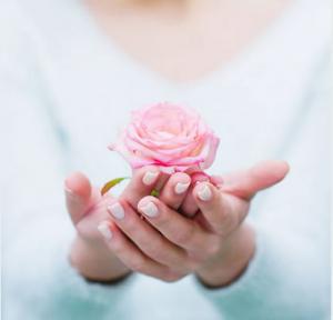 薔薇を出す女性