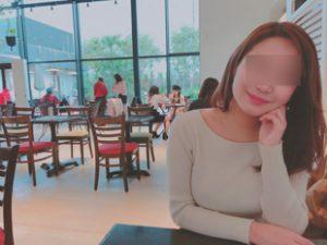 喫茶店で見つめる女性